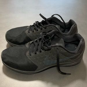 NIKE DOWNSHIFTER 7 SIZE 10.5 BLACK SHOES WORN ONCE
